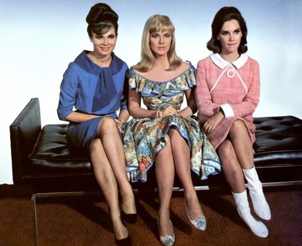 1935 Leslie Parrish trois-sur-un-sofa-1966-03-g