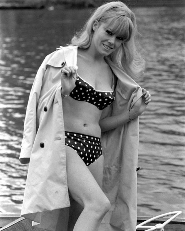 WENDY RICHARD SEXY B&W 8X10 PHOTOGRAPH BIKINI 60'S