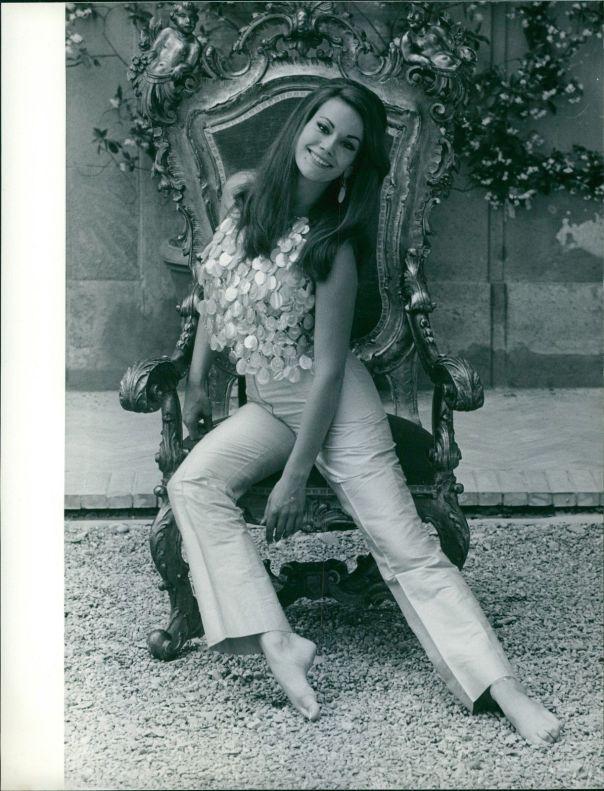 Claudine Auger -throne