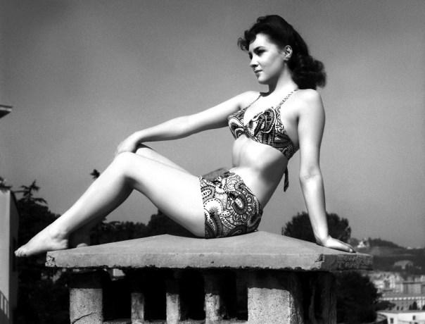 Gina Lollobrigida, bei frühen Probeaufnahmen (Ende 1940er, Anfang 1950er Jahre) / Frau in Bikini, Bauch einziehen, für Fotograf posieren, Personen