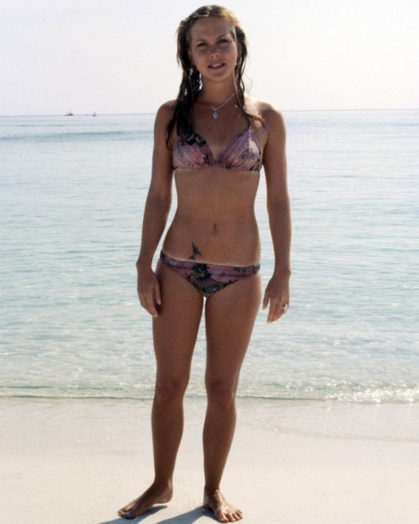ann-dusenberry-jaws-2-full-length-on-beach-jaws-2-photo-or-poster