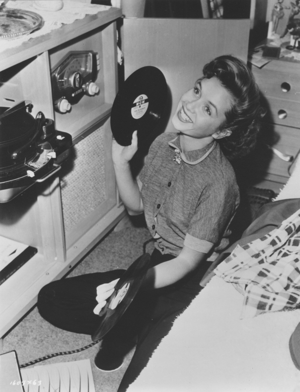 debbie-reynolds-listens-to-records
