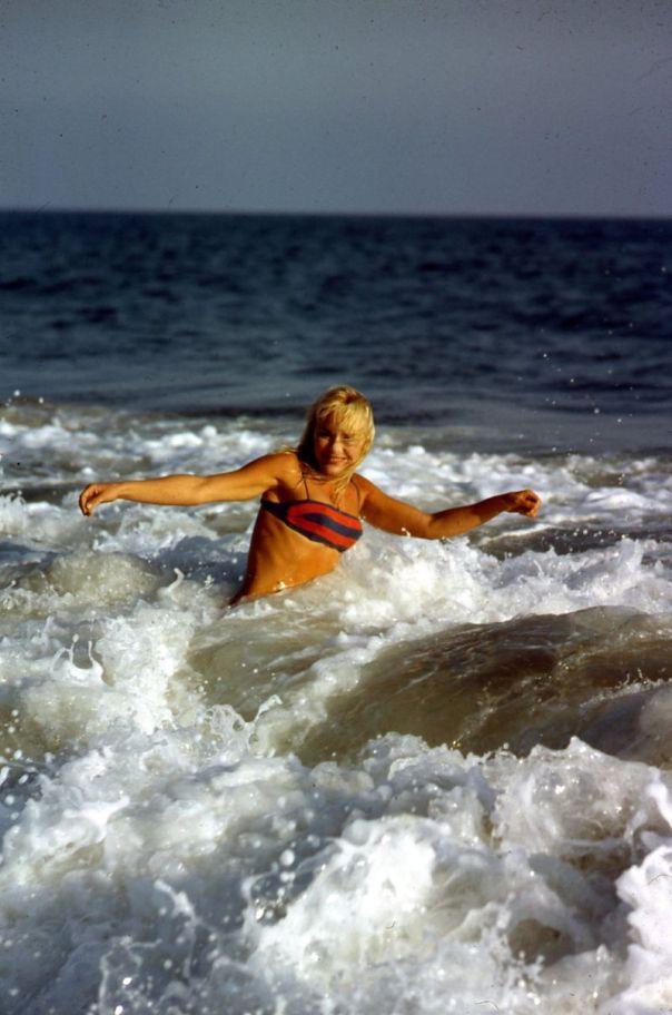 elke-sommer-full-bikini-in-ocean-1965-original-slide-transparency-sex-symbol-gp