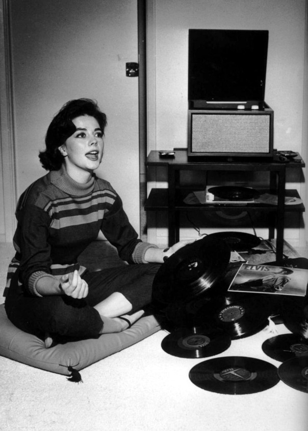 natalie-wood-listening-to-records