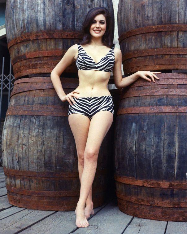linda-harrison-rare-pleine-longueur-bikini-poster-couleur