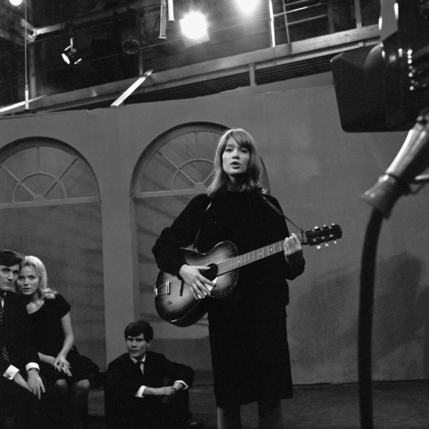 Françoise Hardy sings